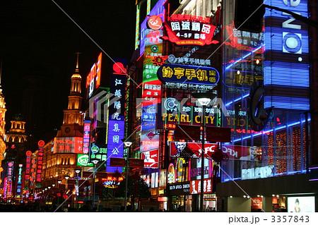 夜景 繁華街 ネオン街 上海の写真素材 Pixta