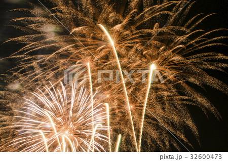 大輪の 火花 夏祭り 綺麗なの写真素材 Pixta