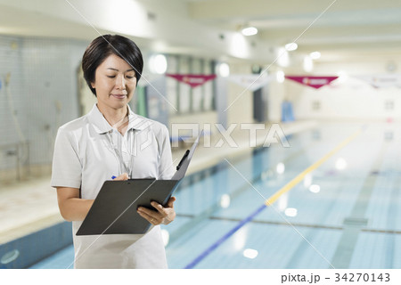 61c7cf2643e スポーツジム 女性 ミドル プールの写真素材 - PIXTA