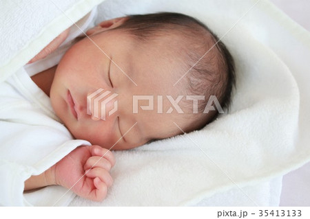 84e4b72a38960 新生児 赤ちゃん 寝顔 出産の写真素材 - PIXTA