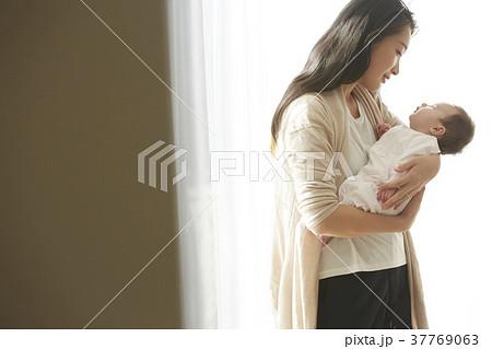抱っこ 子供の写真素材 Pixta