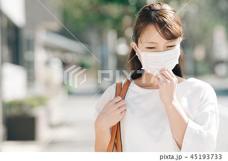マスクをしたビジネスウーマン 通勤 30代 女性 日本人